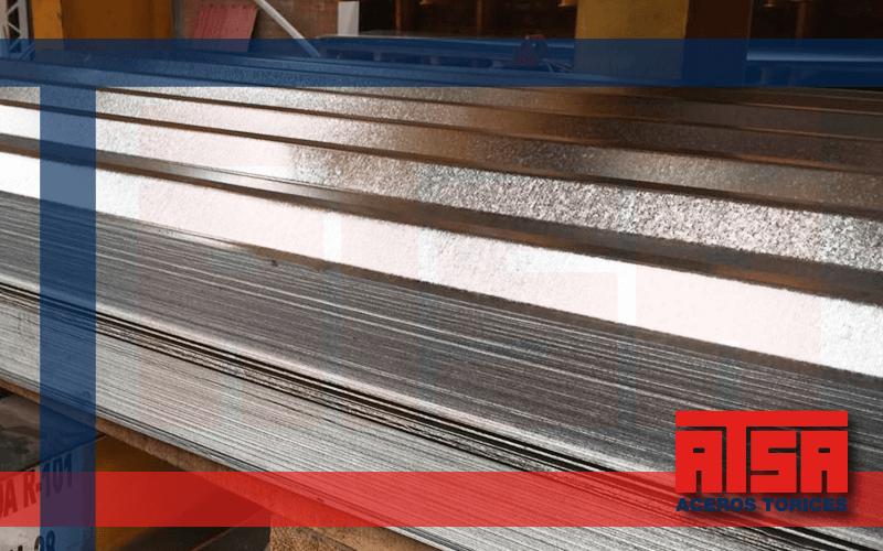 Láminas de acero acabado galvanizado; revestimiento de zinc para máxima resistencia.